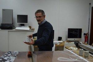 Jose C. Urrutia trabajando en su Laboratorio Fotográfico PhotoGune